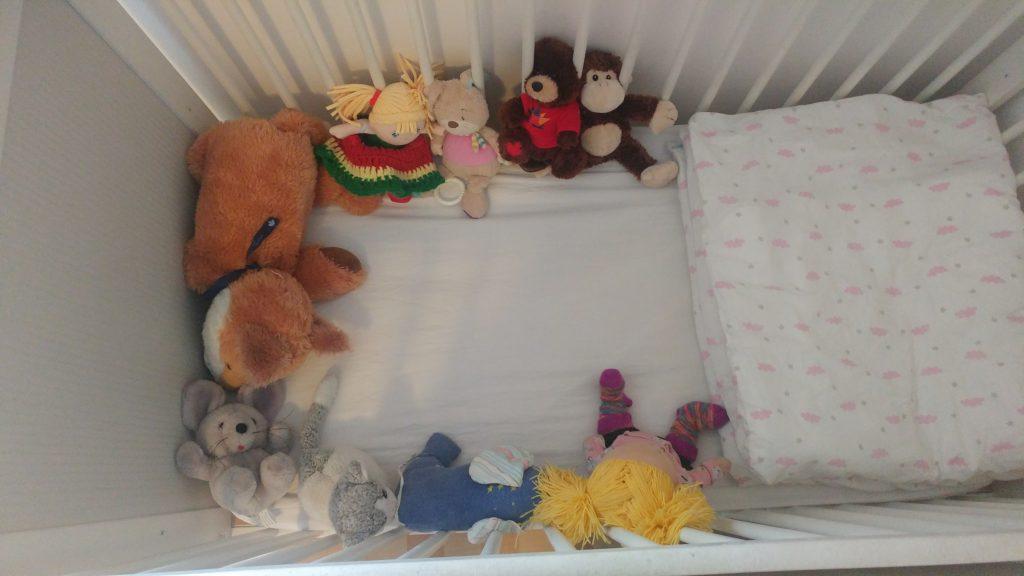Kuscheltiere im Bett